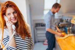 Frau, die mit ankommenden Gästen auf Wechselsprechanlage spricht stockbilder