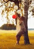 Frau, die mit Ballonen spielt Stockfoto