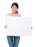Frau, die mit balnk Plakat darstellt Lizenzfreie Stockfotos