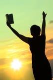 Frau, die mit Bibel #3 betet Stockfoto