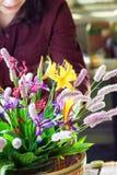 Frau, die mit Blumen arbeitet Lizenzfreies Stockbild