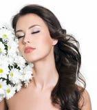 Frau, die mit Blumen sich entspannt stockbilder