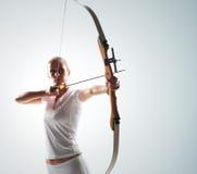 Frau, die mit Bogen zielt Stockfotos