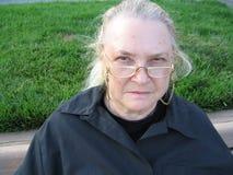 Frau, die mit Brillen schaut Lizenzfreies Stockbild