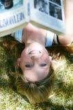 Frau, die mit Buch lächelt Lizenzfreies Stockbild