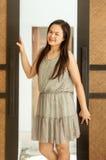 Frau, die mit Butikenholztüren aufwirft lizenzfreies stockbild