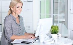 Frau, die mit Computer arbeitet Lizenzfreie Stockfotografie