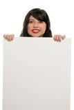 Frau, die mit dem Bekanntmachen des Zeichens lächelt lizenzfreies stockbild