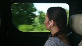 Frau, die mit dem Bus reist und heraus das Fenster schaut stock footage