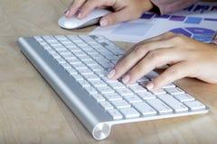 Frau, die mit dem Computer arbeitet lizenzfreie stockfotos