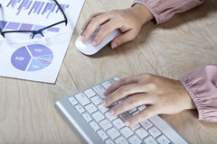Frau, die mit dem Computer arbeitet lizenzfreies stockfoto