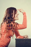 Frau, die mit dem Finger auf ihrem Kopf gestikuliert verrückt Lizenzfreies Stockbild