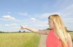 Frau, die mit dem Finger zeigt Lizenzfreie Stockfotografie