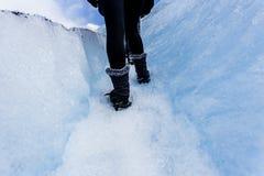 Frau, die mit dem Wandern von acessories, auf großes Eis glacie geht Stockbild