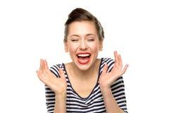 Frau, die mit den Augen geschlossen lacht Stockfotos