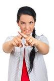 Frau, die mit den Fingern ein Querzeichen bildet Lizenzfreies Stockfoto