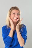 Frau, die mit den Händen und toothy Lächeln sich ausdrückt Stockfotos
