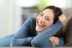 Frau, die mit den perfekten Zähnen betrachten Sie lacht Lizenzfreies Stockbild