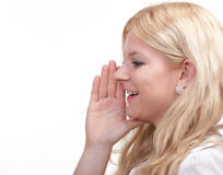 Frau, die mit der Hand hinter ihrem Ohr heimlich zuhört Stockbilder