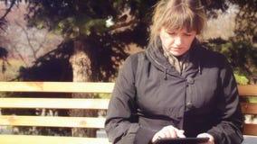 Frau, die mit der Tablette arbeitet stock video