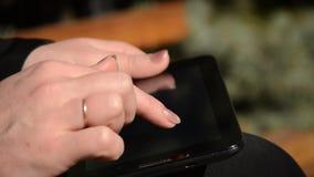 Frau, die mit der Tablette arbeitet Nahaufnahme der Hand stock video footage