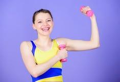 Frau, die mit Dumbbells trainiert Eignungs?bungen mit Dummk?pfen Training mit Dumbbells M?dchen-Griff-Dummk?pfe biceps stockfoto