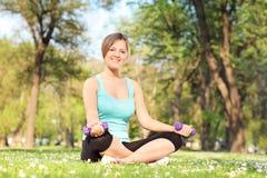 Frau, die mit Dummköpfen im Park trainiert Lizenzfreies Stockbild