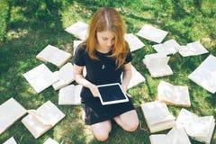 Frau, die mit ebook Leser und Buch lernt Wahl zwischen moderner pädagogischer Technologie und traditioneller Weisenmethode Mädche lizenzfreie stockbilder