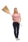 Frau, die mit einem Besen aufwirft Lizenzfreies Stockfoto