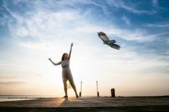 Frau, die mit einem Drachen läuft Stockfoto