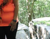 Frau, die mit einem Fitbit geht Lizenzfreies Stockbild