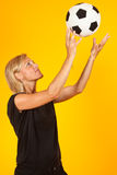 Frau, die mit einem Fußball spielt Stockfotos