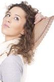 Frau, die mit einem Gebläse auf seiner Hand aufwirft lizenzfreies stockfoto