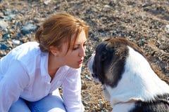 Frau, die mit einem Hund geht Lizenzfreies Stockbild