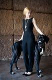 Frau, die mit einem Hund steht Lizenzfreie Stockfotografie