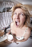 Frau, die mit einem Kaffee aufwacht Lizenzfreie Stockfotos