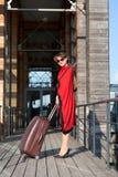 Frau, die mit einem Koffer reist Lizenzfreies Stockfoto