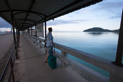 Frau, die mit einem Koffer wartet auf die Fähre steht Stockbild