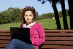 Frau, die mit einem Laptop studiert Stockfotos