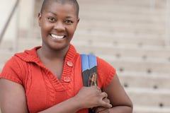 Frau, die mit einem Rucksack lächelt Stockbilder