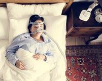Frau, die mit einer anti-schnarchenden Maske schläft lizenzfreie stockfotos