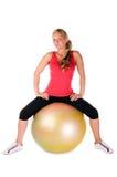 Frau, die mit einer pilates Kugel trainiert Stockfoto
