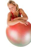 Frau, die mit einer pilates Kugel trainiert Lizenzfreie Stockfotos