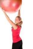 Frau, die mit einer pilates Kugel trainiert Stockbild