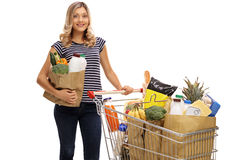 Frau, die mit Einkaufstasche und Warenkorb aufwirft Lizenzfreie Stockfotos