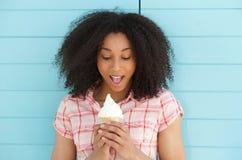 Frau, die mit Eiscreme überrascht schaut Lizenzfreies Stockbild