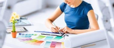 Frau, die mit Farbproben für Auswahl arbeitet Stockfoto
