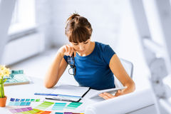 Frau, die mit Farbproben für Auswahl arbeitet Lizenzfreie Stockfotografie