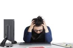 Frau, die mit Finanzkrise schwindlig sich fühlt Lizenzfreie Stockbilder