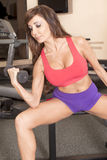 Frau, die mit Freigewichten ausarbeitet stockfoto